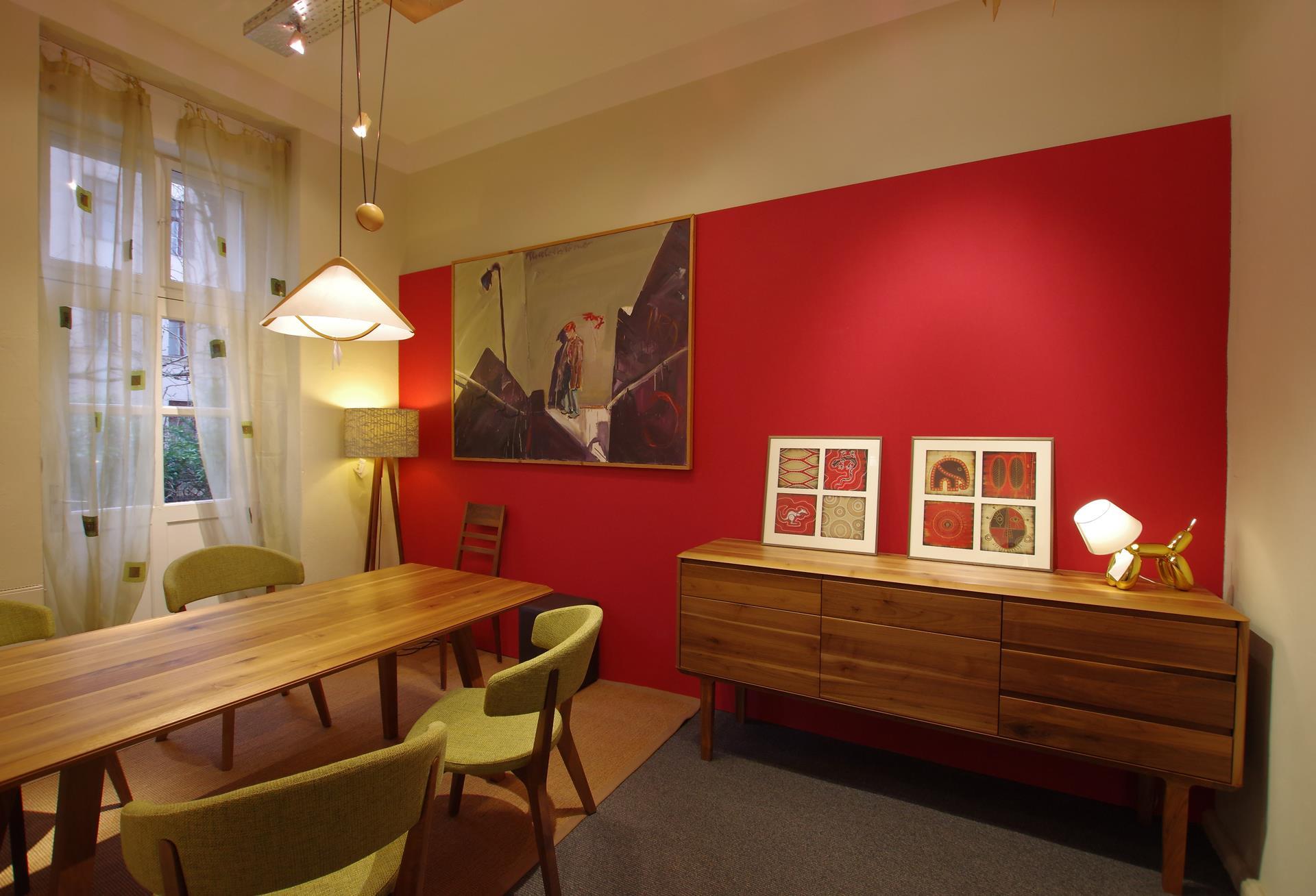 Eleganter Holztisch und Anrichte Fino aus massivem Nussbaum
