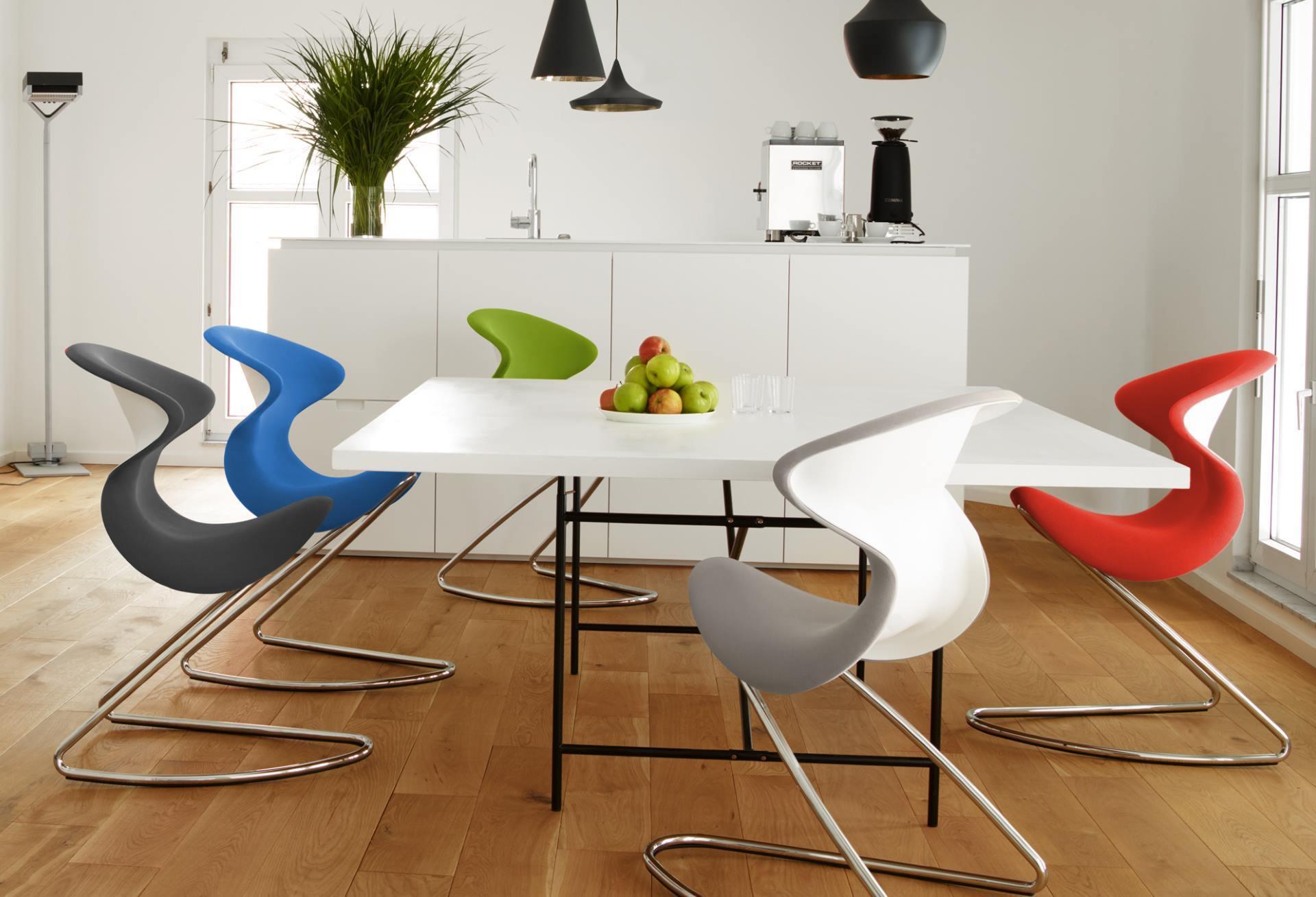 Fröhliche Tischrunde mit den Stühlen oyos in fröhlichen Farben