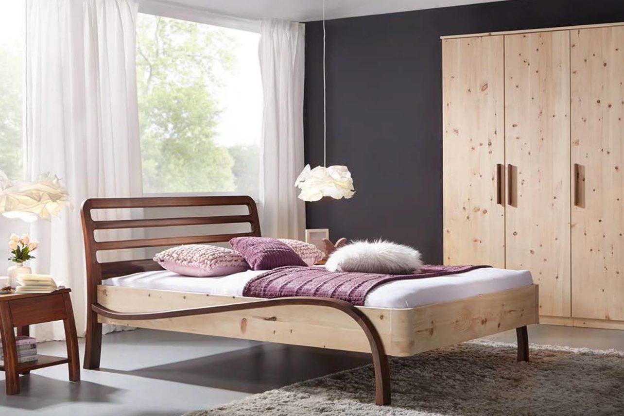 Zirbenzimmer Bett Facette mit Nussbaum
