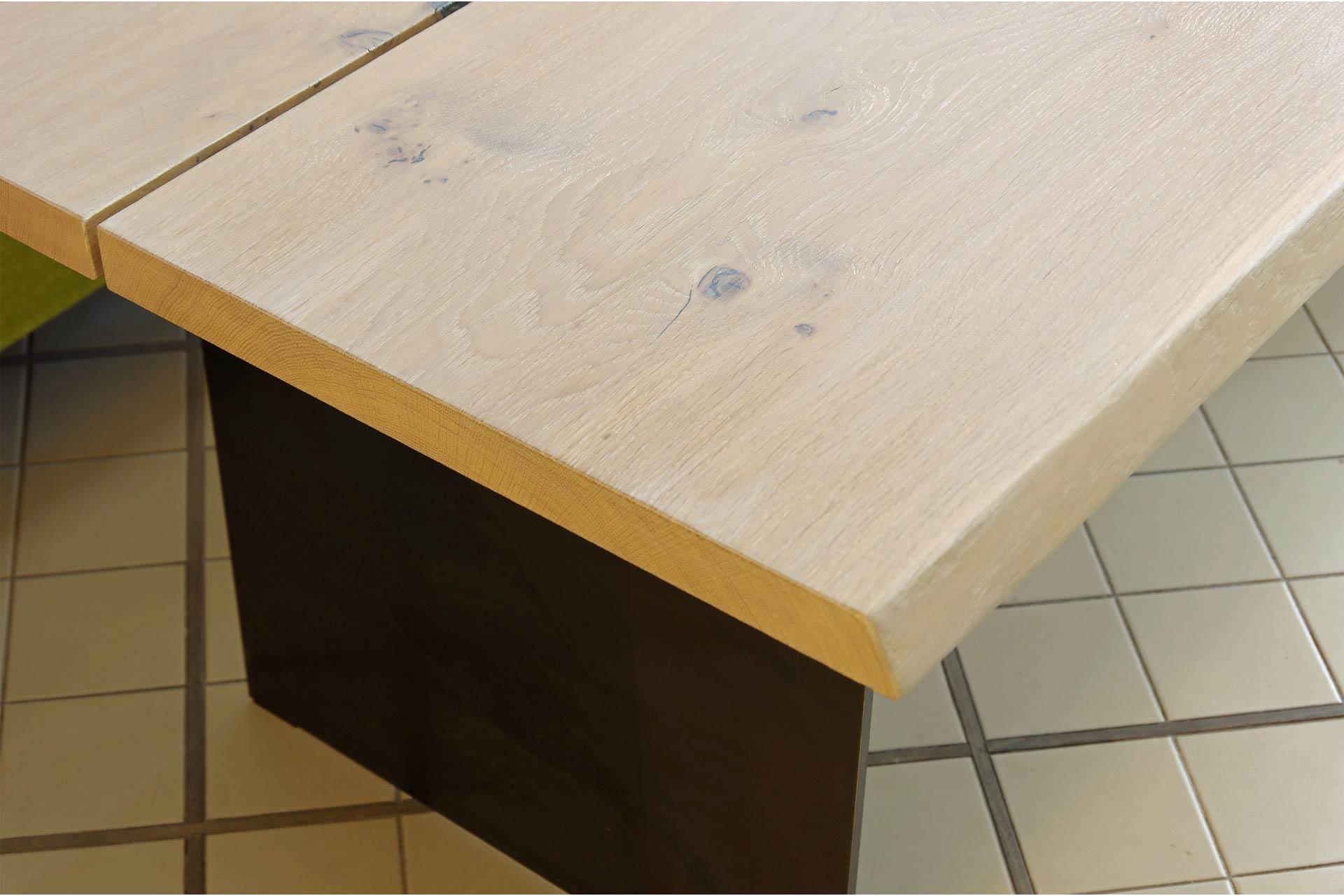 Tischkante und Schwarzblechwange