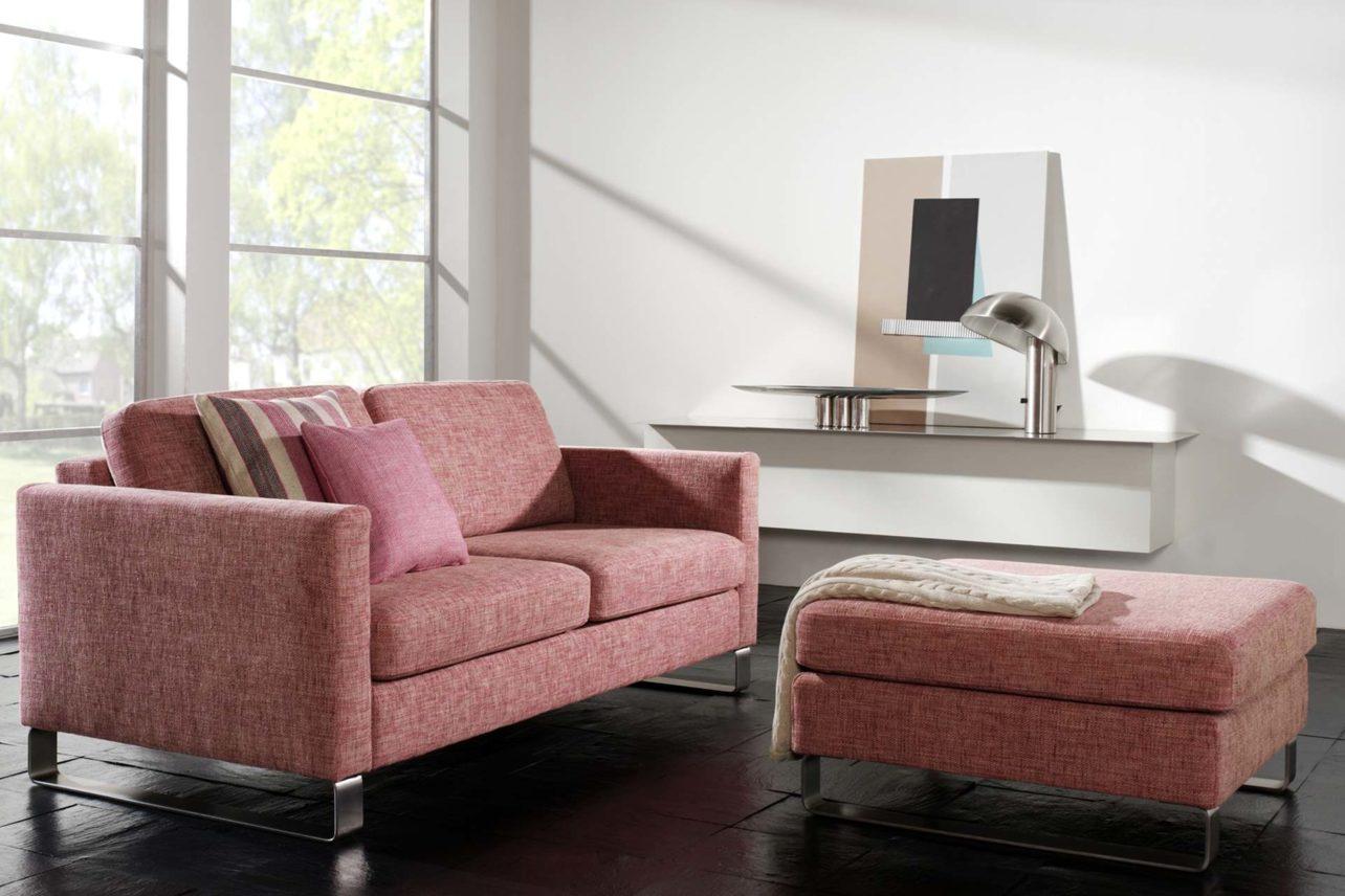 rotes 2,5sitzer Sofa mit Polsterhocker und Edelstahlkufen
