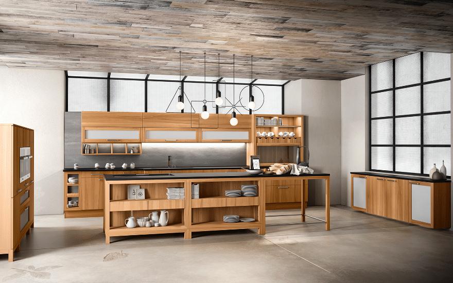 Massivholzküche Forma aus Kernbuche mit geräumiger Kücheninsel mit integriertem Tisch, offenen Regalen und Hängeschränken mit Glaseinsatz