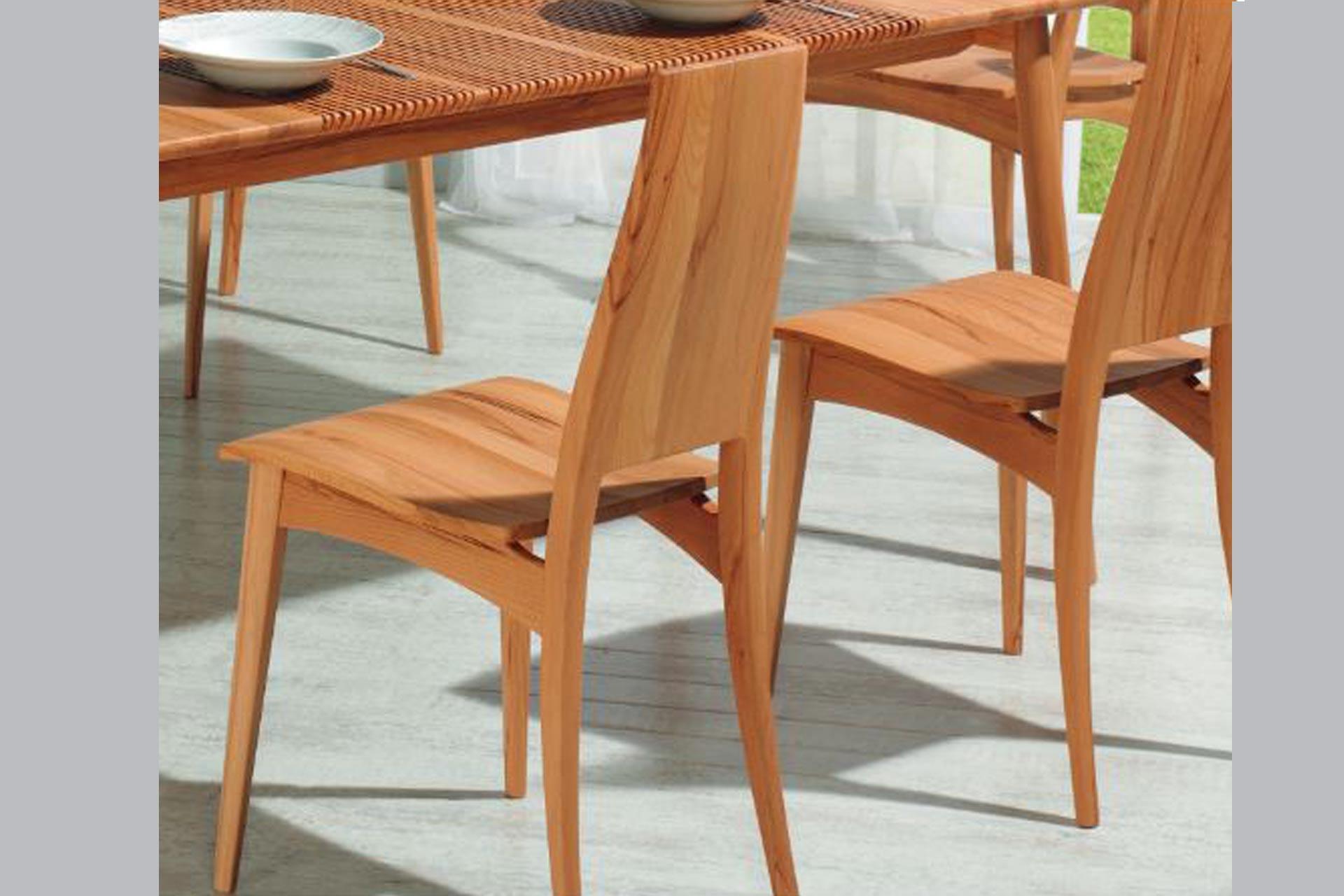 Stuhl mit Holzsitz und geschlossenem Ru00fccken