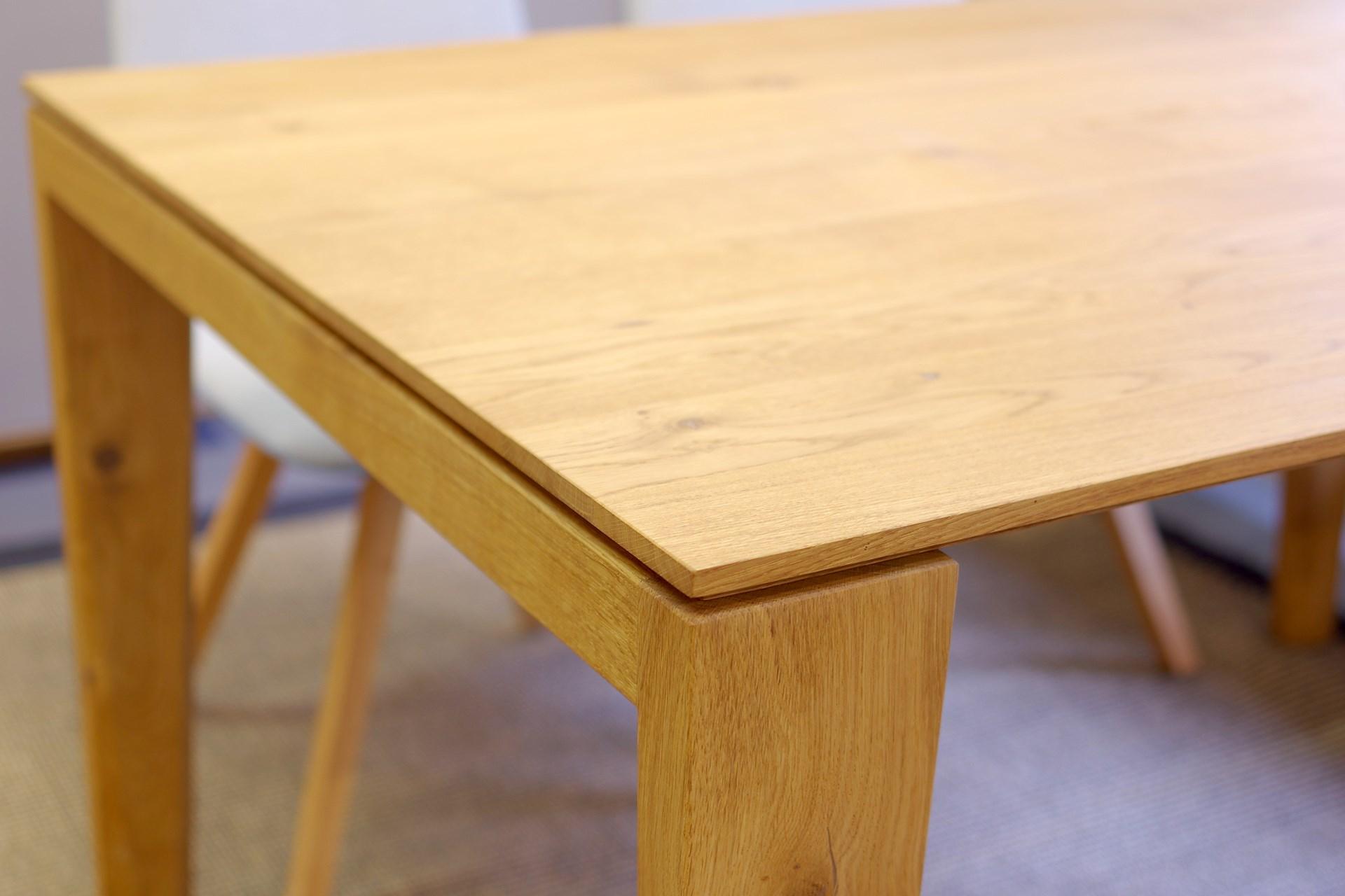 Detail Gestell und Tischplatte des Esstisches 5000