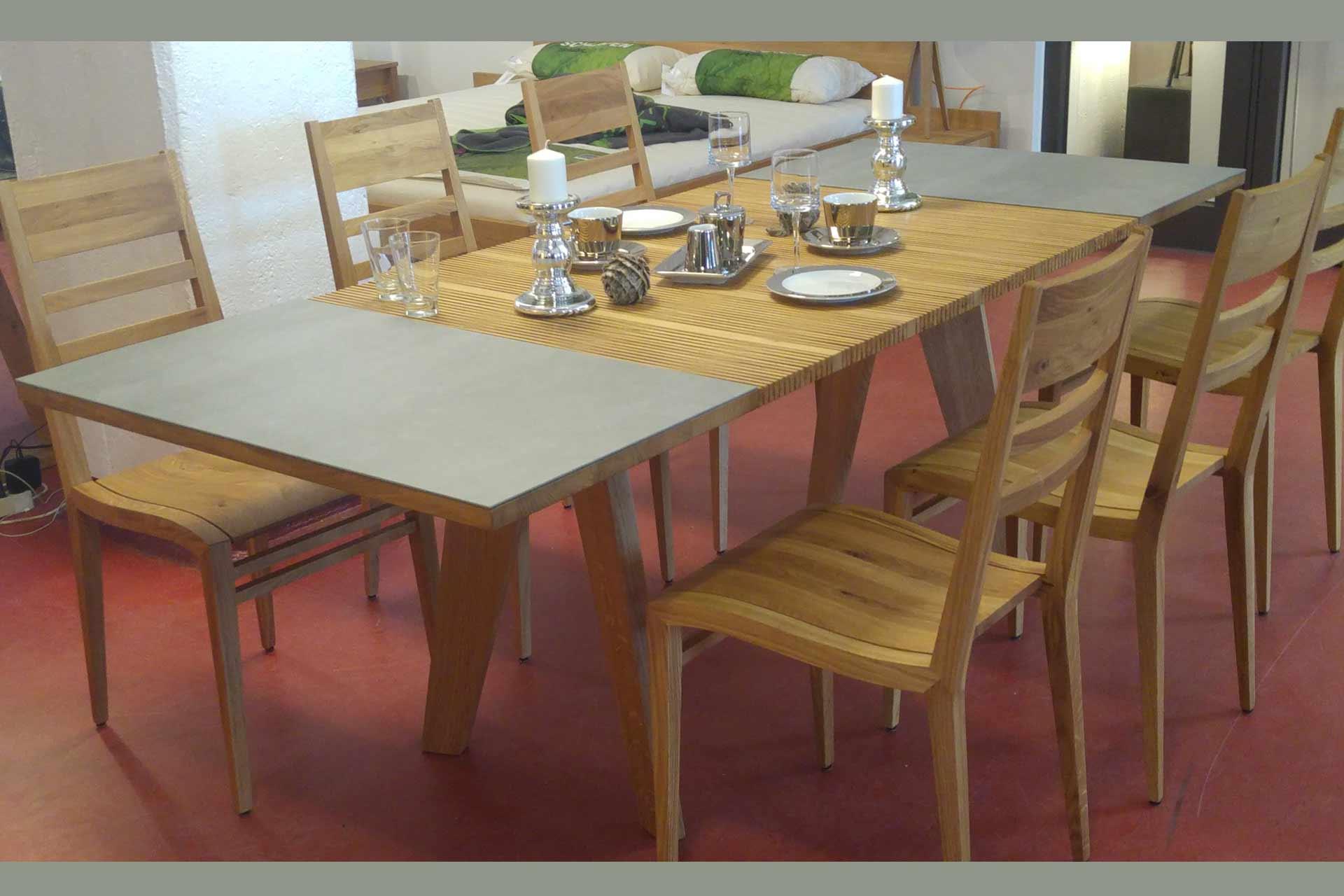 Holztisch mit Scherengitterauszug und Keramikplatten