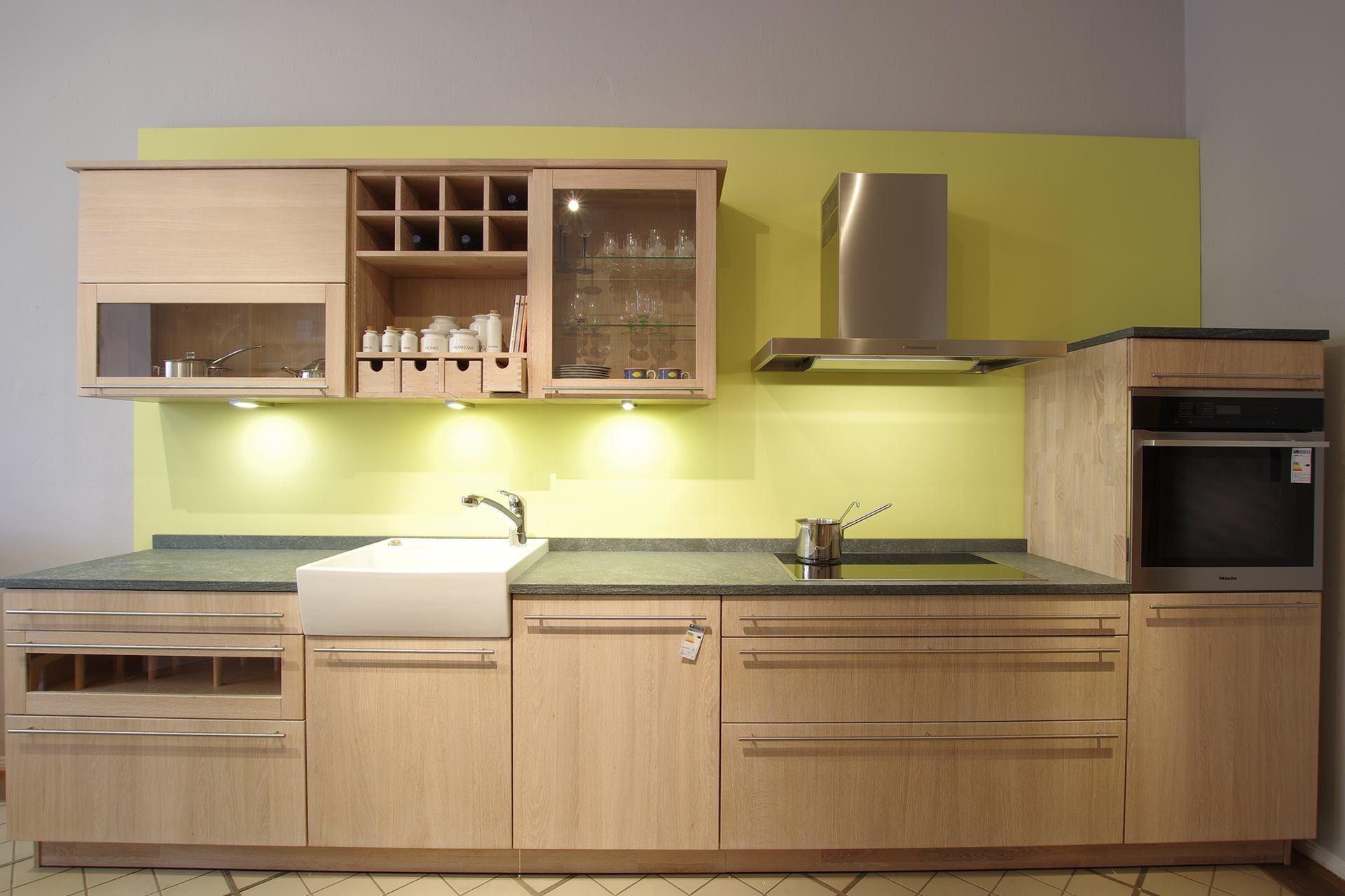 Küche Forma mit Granitarbeitsplatte und Keramikspülstein