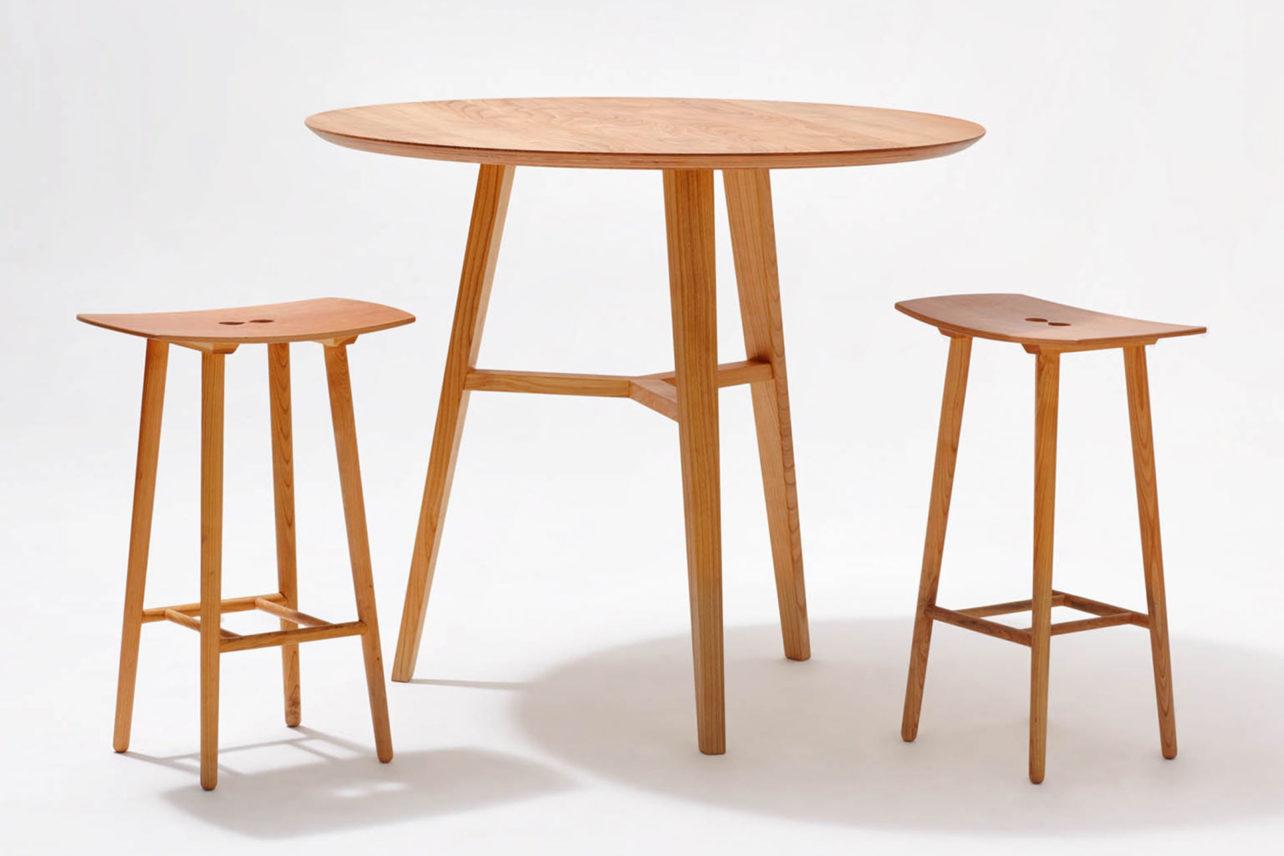 Den Barhocker Paul gibt es in 2 Höhen: 68 und 80 cm. Stabil dirch eine rundum verlaufende Querverbindung.Geschwungene Sitzfläche. Auch farbig.