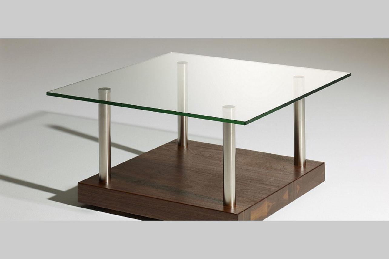 Schöner Couchtisch Fondo mit massivholz-Bodenplatte und Tischplatte aus Glas.Beine Edelstahl
