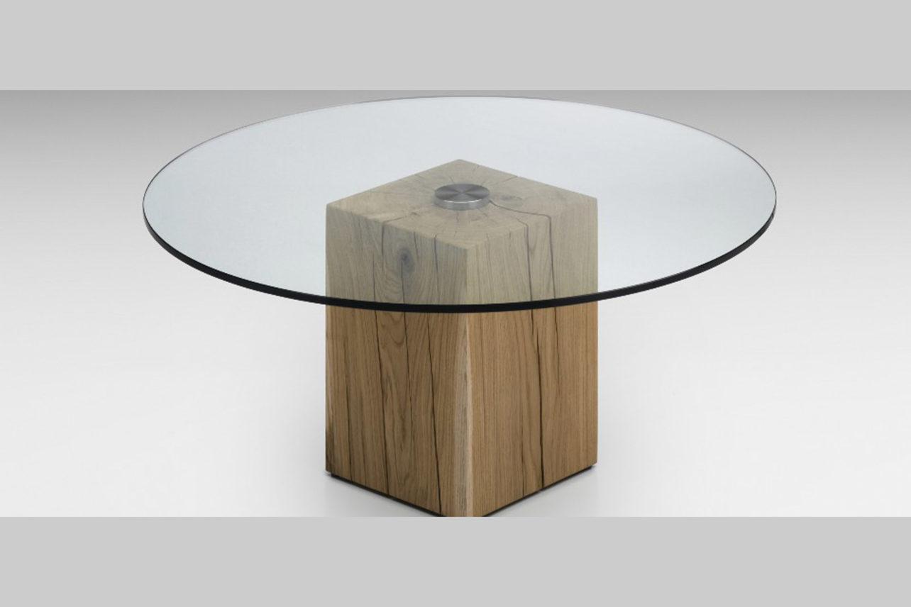 """Couchtisch Massello mit """"Holzklotz"""" als Fußund Glasplatte"""