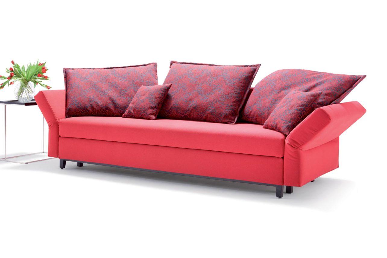 Rotes Querschläfersofa mit Spitzkissen und abklappbaren Seitenteilen