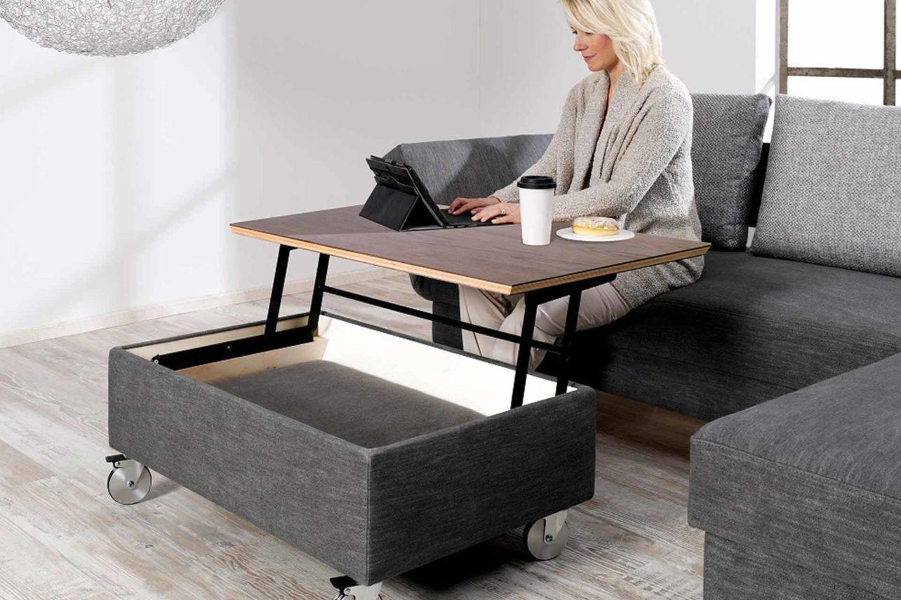 Der Solo Hockertisch kann mit einer Holzplatte oder gepolstert bestellt werden
